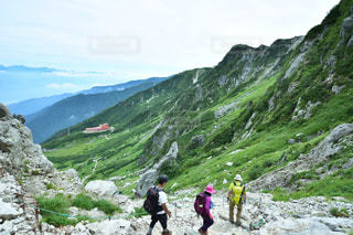 岩が多い丘の上の人々 のグループの写真・画像素材[1440968]