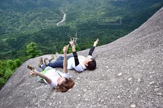 岩が多い丘の上のトリックを行う人の写真・画像素材[1440988]