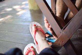 木製のベンチに座っている人の写真・画像素材[1449923]