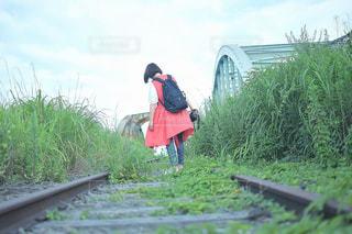 草の中に立っている人の写真・画像素材[2129930]