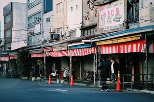 建物の隣に通りを歩く人々 のグループの写真・画像素材[1234231]