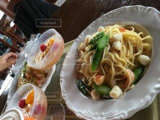 テーブルの上に食べ物のプレートの写真・画像素材[784067]