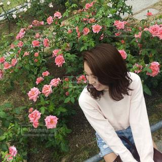 ピンクの花の女性の写真・画像素材[712157]