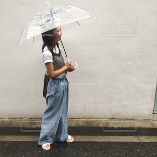 傘を保持している小さな女の子 - No.811810