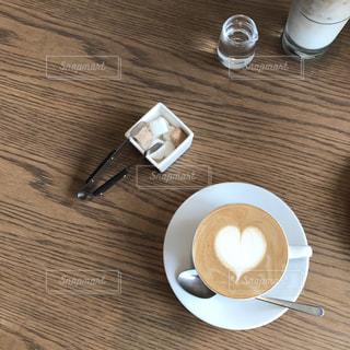 テーブルの上のコーヒー カップの写真・画像素材[869074]
