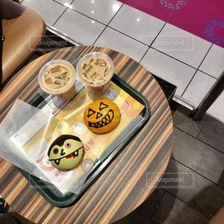 テーブルの上に食べ物のトレイの写真・画像素材[869102]