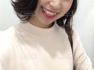 白いシャツを着ている女性の写真・画像素材[869114]