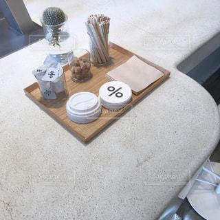 テーブルの上に座って花瓶の写真・画像素材[910434]