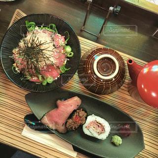 テーブルの上に食べ物のプレートの写真・画像素材[910435]