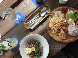 木製テーブルの上に座って食品のボウルの写真・画像素材[1289687]