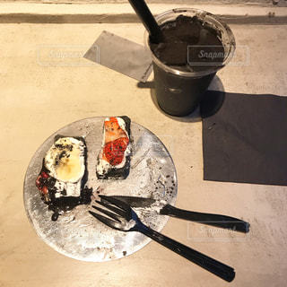 テーブルの上の鍋の上に置くケーキの写真・画像素材[2293863]