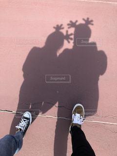 スケートボードに乗っている男の写真・画像素材[2298399]