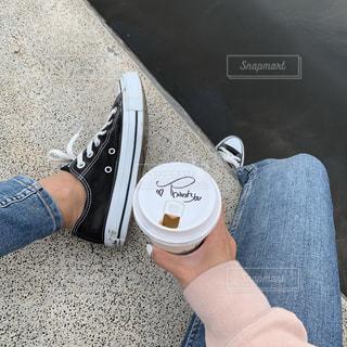 青と赤の靴を履いた足の写真・画像素材[2431019]