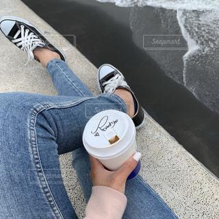 靴を履いてテーブルに座っている人の写真・画像素材[2431021]