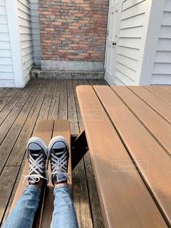 レンガ造りの建物の前にある木製のベンチの写真・画像素材[2431136]
