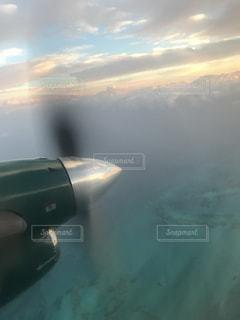空を飛ぶ飛行機の写真・画像素材[2437245]