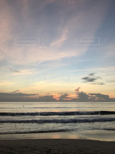 浜辺の夕日の写真・画像素材[2437273]