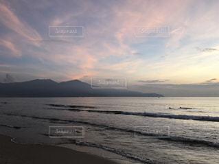 水の体の上の夕日の写真・画像素材[2437277]