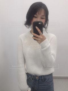 携帯電話を持っている女性の写真・画像素材[2453346]