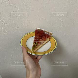 食べ物,スイーツ,ケーキ,手,手持ち,デザート,果物,おやつ,タルト,人物,アイスクリーム,ポートレート,ライフスタイル,手元,イチゴ