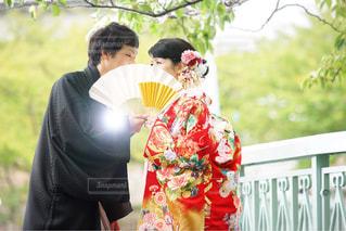 花を持っている人の写真・画像素材[787751]