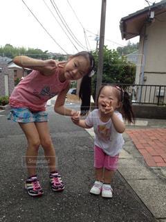 通りを歩きながら小さな女の子の写真・画像素材[1160885]