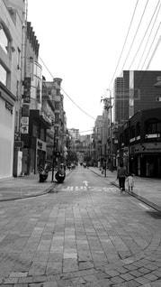忙しい街の通りの黒と白の写真の写真・画像素材[813098]