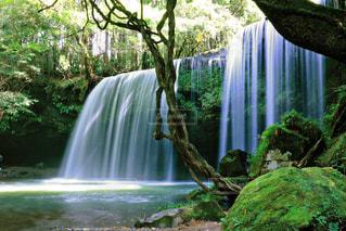 いくつかの水の上の大きな滝の写真・画像素材[857942]