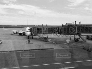 空港で駐機場にいる飛行機の写真・画像素材[813577]