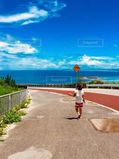 白い半袖と青い海🏖の写真・画像素材[2104050]
