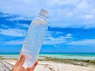 ビーチのペットボトルの写真・画像素材[3407809]