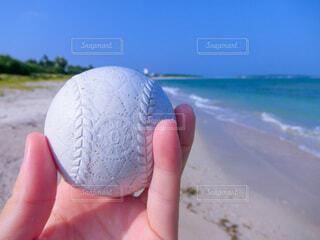 海,空,砂,ビーチ,青空,手,水面,手持ち,人物,ボール,人,野球,ポートレート,ライフスタイル,素材,手元,野球ボール,フォトジェニック,インスタ映え,素材写真,硬球