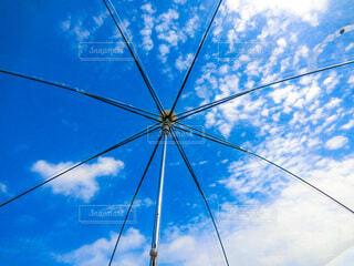 青空に傘の写真・画像素材[3689486]