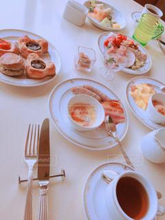 テーブルの上に食べ物のプレートの写真・画像素材[1874956]