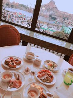 テーブルの上に食べ物のプレートの写真・画像素材[1880483]