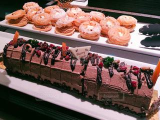 テーブルの上の大きなチョコレート ケーキの写真・画像素材[1882470]