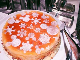 皿の上のケーキを持つテーブルの写真・画像素材[1882484]