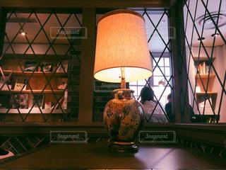 カフェ,カップル,後ろ姿,茶色,窓,本,ライト,日差し,光,cafe,ベージュ,ミルクティー色