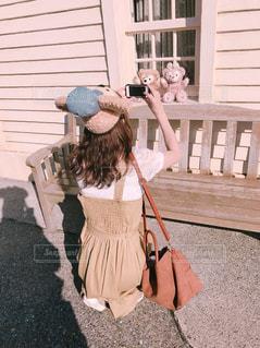 女性,ファッション,ワンピース,後ろ姿,帽子,茶色,窓,影,撮影,洋服,ぬいぐるみ,ディズニーシー,ベージュ,コーデ,ディズニー,Disney,Disneysea,バッグ,トレンチ,ミルクティー色