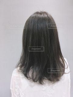 カメラを見ているピンクの髪の女性の写真・画像素材[2307608]