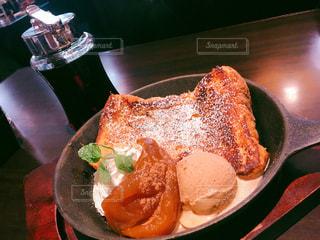 テーブルの上の食べ物の皿の写真・画像素材[2312316]