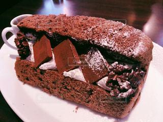 皿の上のチョコレートケーキの写真・画像素材[2312346]