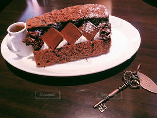 皿の上のケーキの写真・画像素材[2312370]