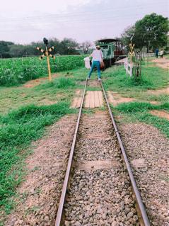 線路上の列車の写真・画像素材[2424999]