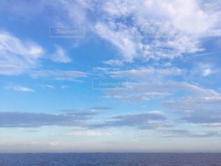 水域の上空の雲の写真・画像素材[2425001]