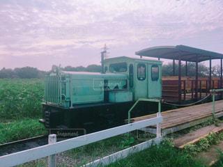 線路に座っている緑色の列車の写真・画像素材[2427604]