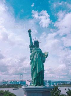 自由の女神を背景に曇りの日の時計塔の写真・画像素材[2428581]