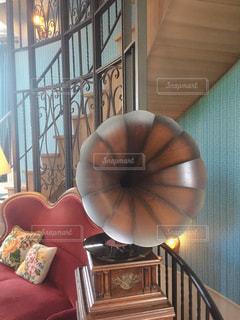 部屋の大きな赤い椅子の写真・画像素材[2833064]