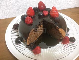 皿の上にチョコレートケーキを1個入れの写真・画像素材[3204405]
