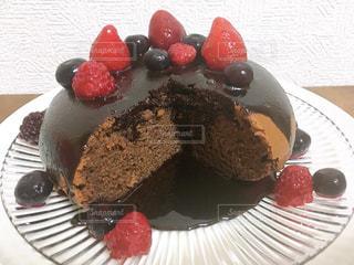 皿の上にチョコレートケーキを1個入れの写真・画像素材[3204409]